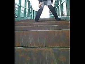 階段でスパッツお漏らし