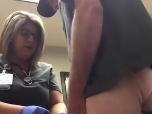 Enfermera le limpia la polla a un paciente